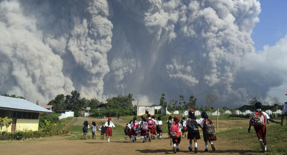 ثوران بركان سينابونغ في كارو بجزيرة سومطرة، إندونيسيا 19 فبراير/ شباط 2018