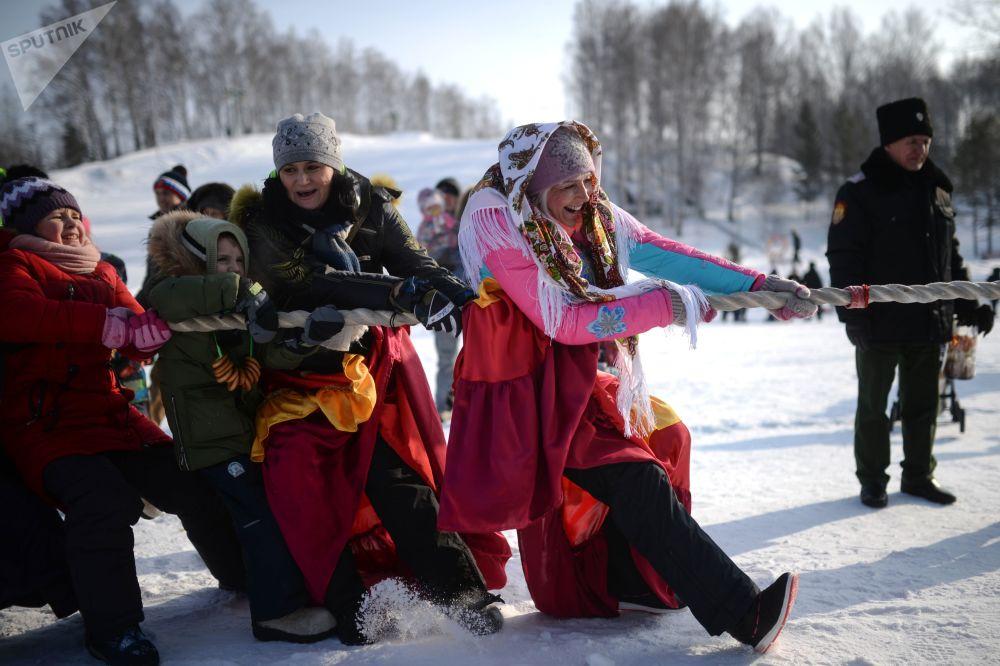 فعاليات الاحتفال بأسبوع ماسلينيتسا (أو أسبوع المرافع) في حديقة كولتسيفو في منطقة نوفوسيبيرسكايا أوبلاست، روسيا