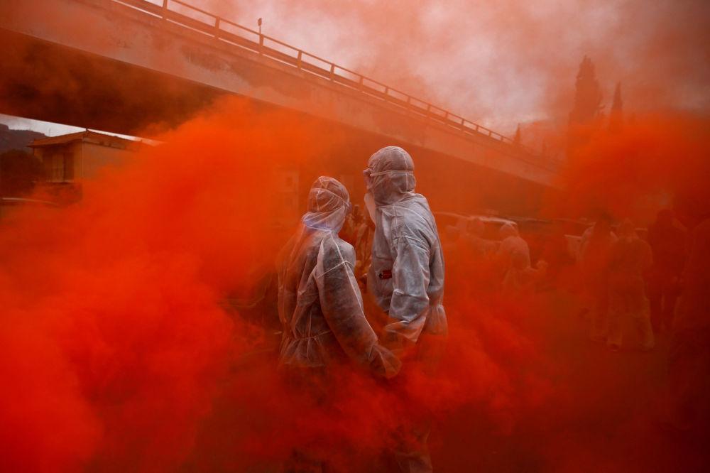 مشاركان في معركة الطحين في غالاكسيدي، اليونان 19 فبراير/ شباط 2018