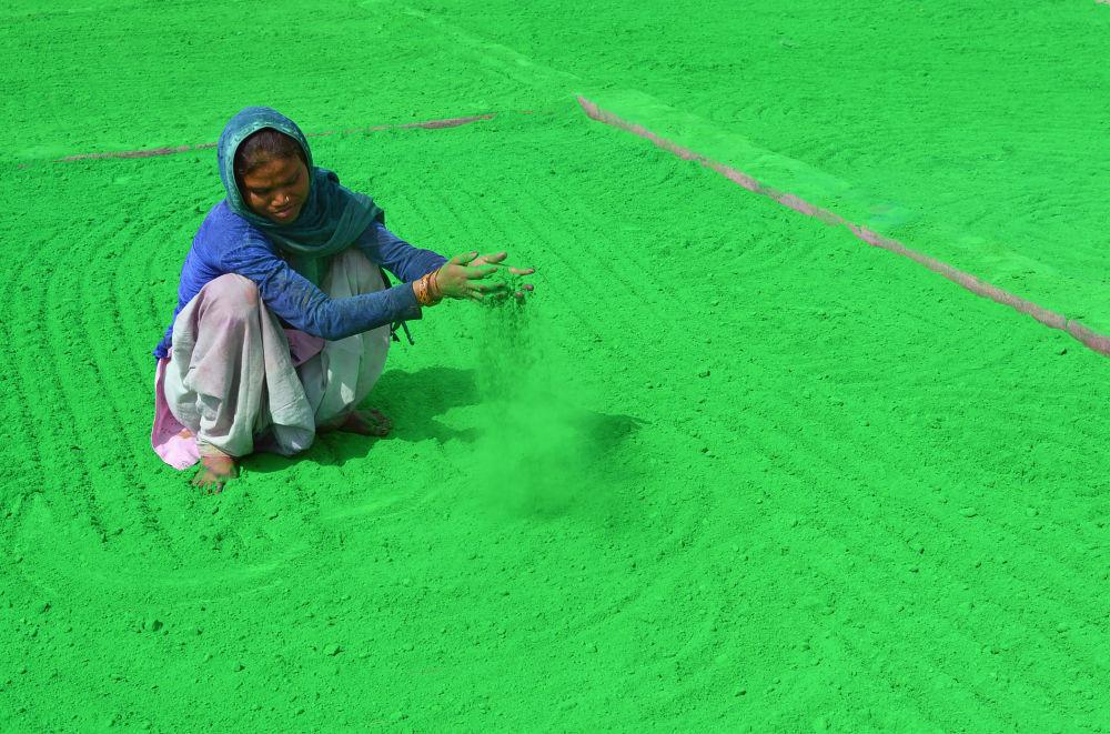 امرأة هندية تجهز مسحوق ملون استعدادا للاحتفال بمهرجان هولي في ماثورا الذي سيعقد في 2 مارس/ آذار، الهند 16 فبراير/ شباط 2018