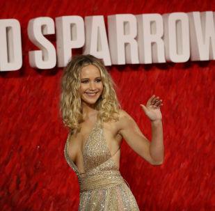 الممثلة الأمريكية جنيفر لورانس تصل  حفل العرض الأول لفيلم Red Sparrow في لندن، بريطانيا 19 فبراير/ شباط 2018