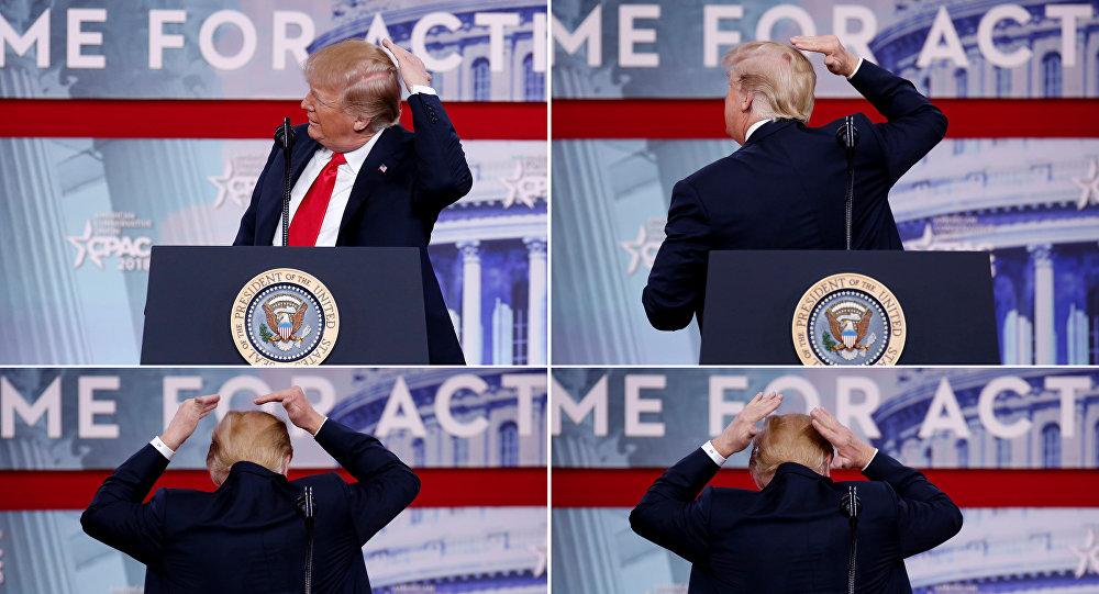 الرئيس الأمريكي دونالد ترامب يتفقد شعره خلال خلال مؤتمر العمل السياسي المحافظ في 23 فبراير/شباط 2018
