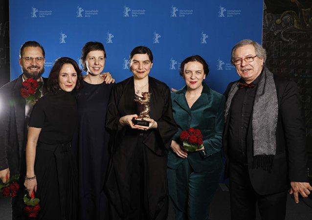 فريق فيلم Touch Me Not الفائزة بجائزة الدب الذهبي بمهرجان برلين 2018