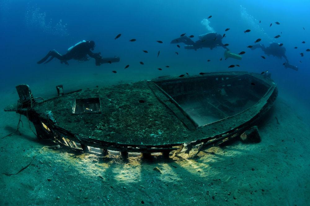مسابقة صور تحت الماء لعام 2018 - صورة في المرتبة الثانية Safe Navigation للمصور الإيطالي جياني بيتيشار، في فئة  Wrecks