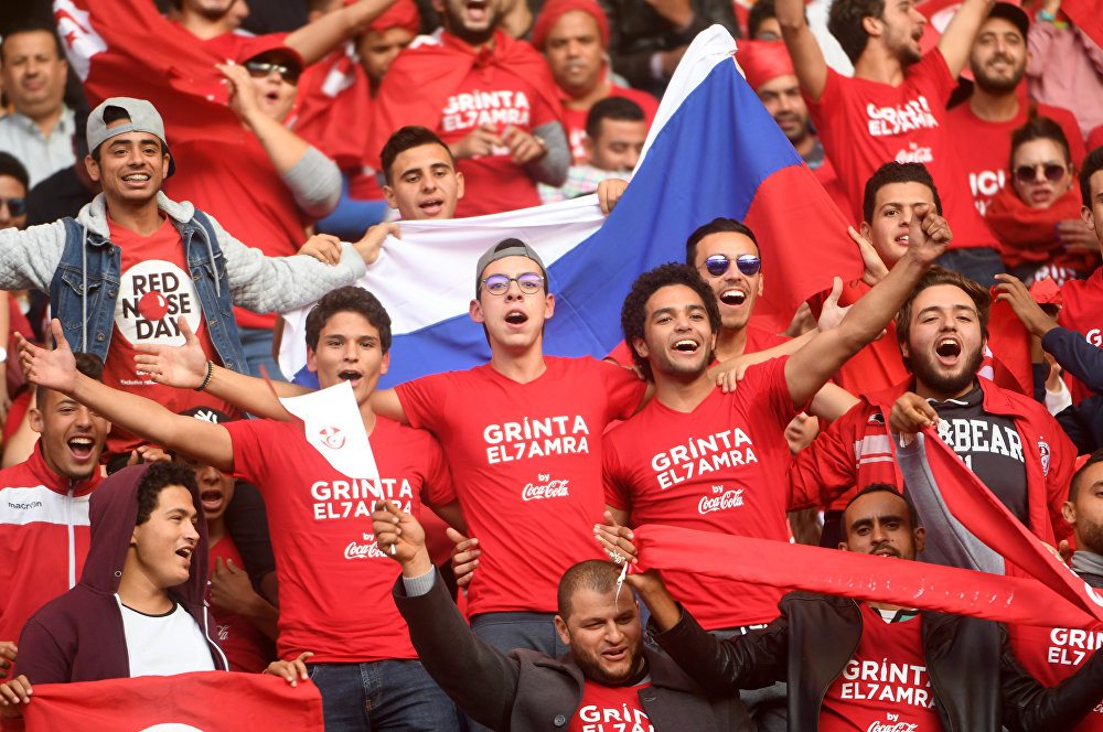 مشجعو المنتخب التونسي لدى تأهل تونس إلى مونديال كأس العالم 2018  ف، يحملون العلم الروسي