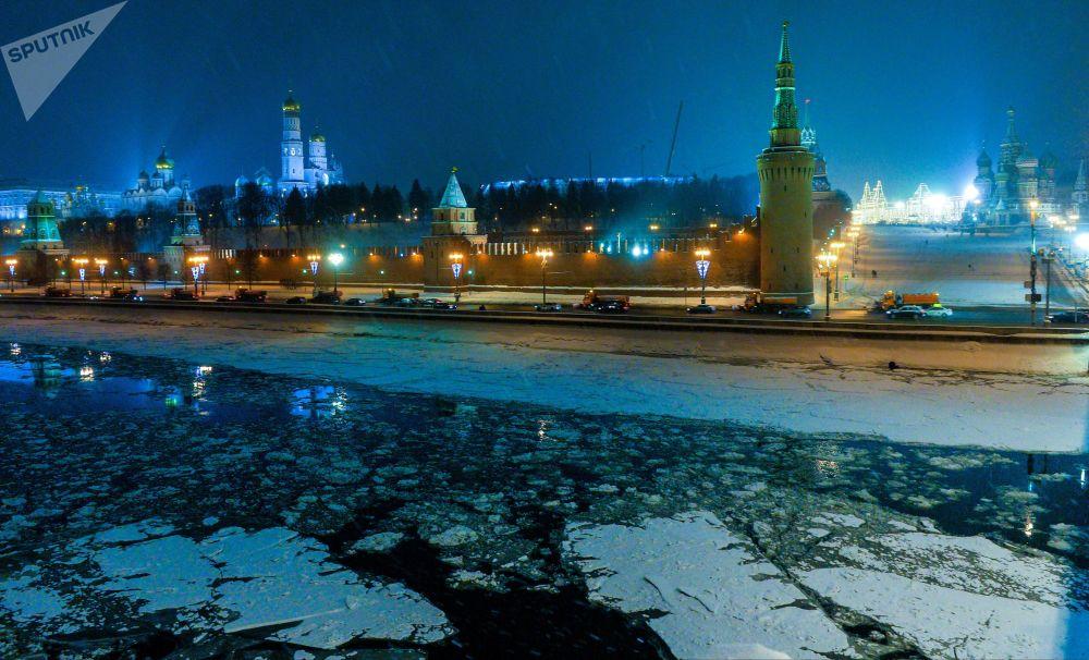 مشهد يطل على الكرملين ونهر موسكو المغطى بالجليد، جسر بولشوي كاميني (الجسر الحجري الكبير)