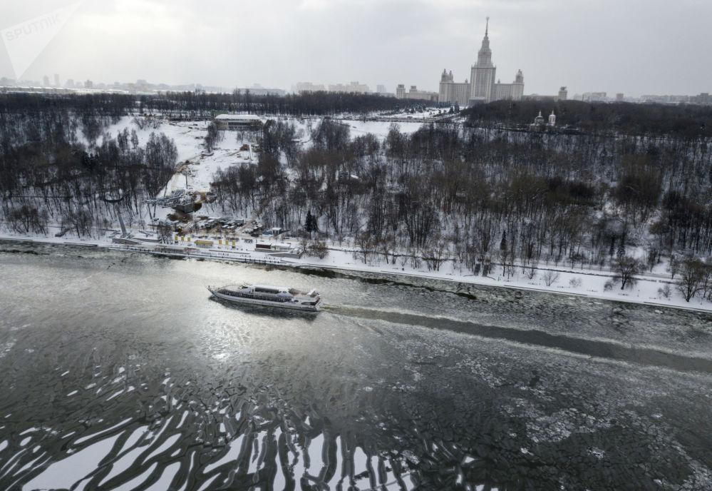 زورق سياحي على نهر موسكو