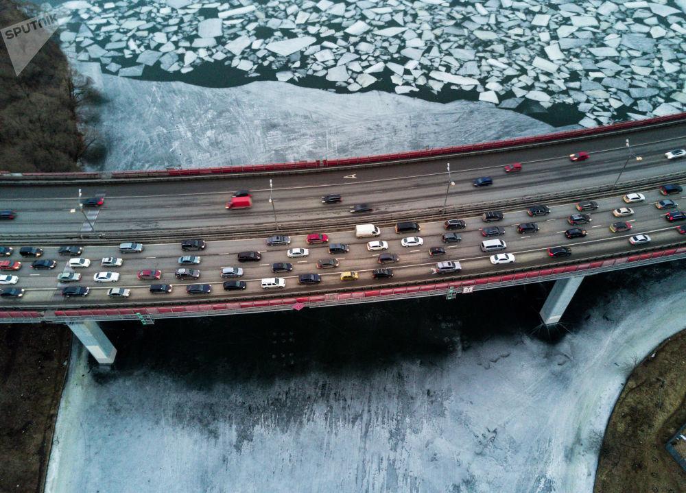 مشهد من على جسر جيفوبيسني  لنهر موسكو المغطى بالجليد