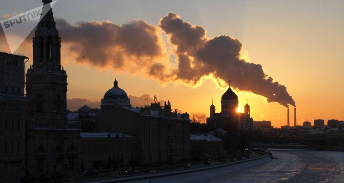 مشهد يطل على نهر موسكو المغطى بالجليد، درجة الحرارة 20 تحت الصفر