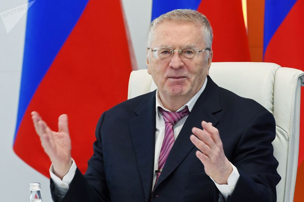 زعيم الحزب الديموقراطي الليبرالي الروسي، فلاديمير جيرينوفسكي في مركز الوطني لإدارة حالات الطوارئ في روسيا في موسكو
