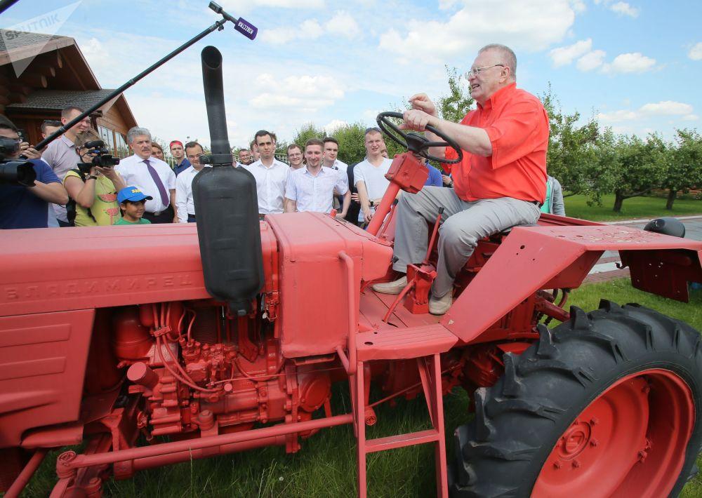 زعيم الحزب الديموقراطي الليبرالي الروسي، فلاديمير جيرينوفسكي يزور مزرعة بإسم لينين