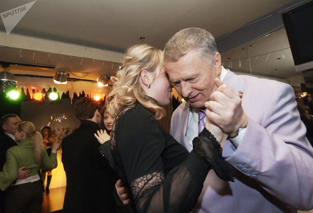 زعيم الحزب الديموقراطي الليبرالي الروسي، فلاديمير جيرينوفسكي لدى زيارته لمركز الحزب في يوم الفالنتاين (عيد الحب)