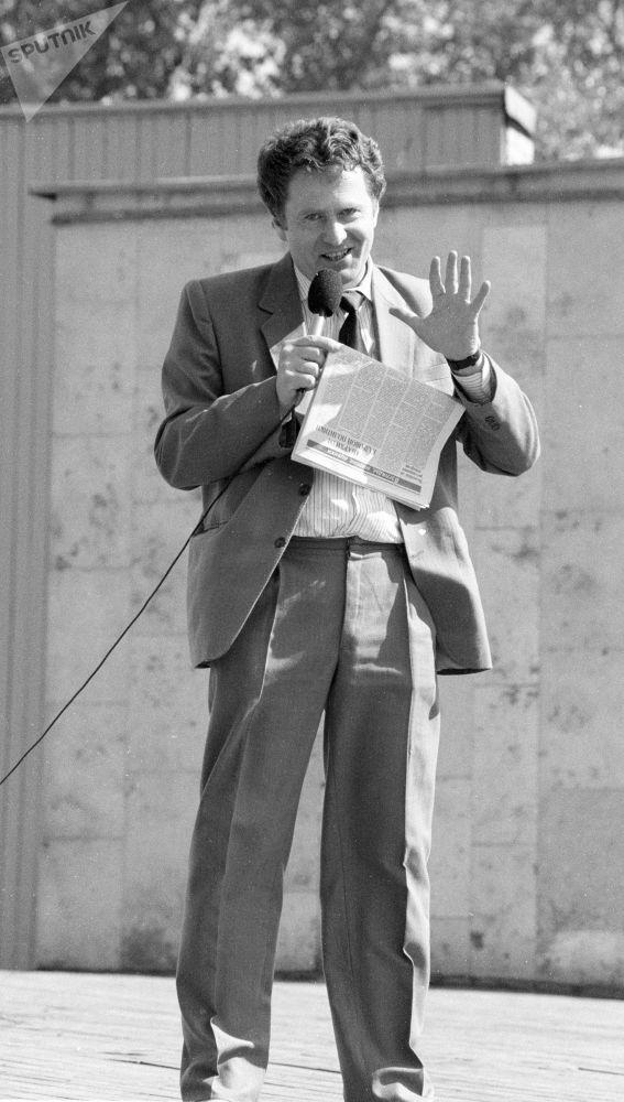 زعيم الحزب الديموقراطي الليبرالي الروسي، فلاديمير جيرينوفسكي خلال مهرجان الصحافة المستقلة في حديقة غوركوغو بموسكو