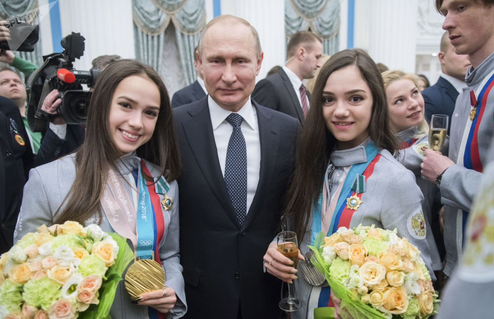 الرئيس فلاديمير بوتين يمنح وسام دروجبا (الصداقة) للرياضيتان الروسيتان يفغينيا ميدفيديفا (يمين)، الحاصلة على الميدالية الفضية، وألينا زاغيتوفا (يسار) الحاصلة على الذهبية في التزحلق الفني على الجليد في الألعاب الأولمبية 2018 في كوريا الجنوبية، الكرملين 28 فبراير/ شباط 2018