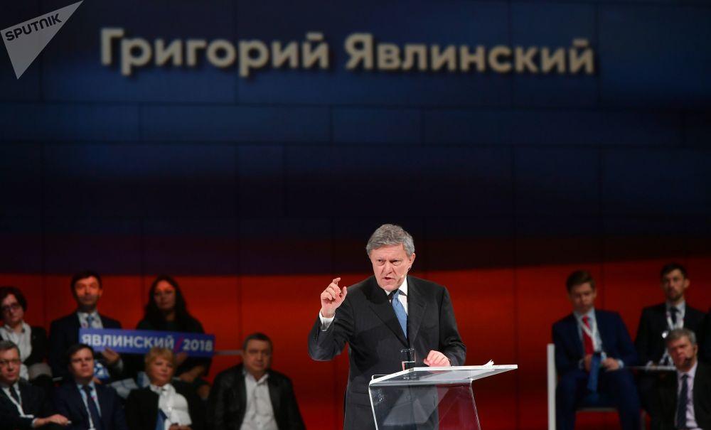 غريغوري يافلينسكي، رئيس اللجنة السياسية التابعة لحزب يابلوكو (التفاح) أثناء مؤتمر الحزب، حيث أعلن عن ترشحه للانتخابات الرئاسية لعام 2018