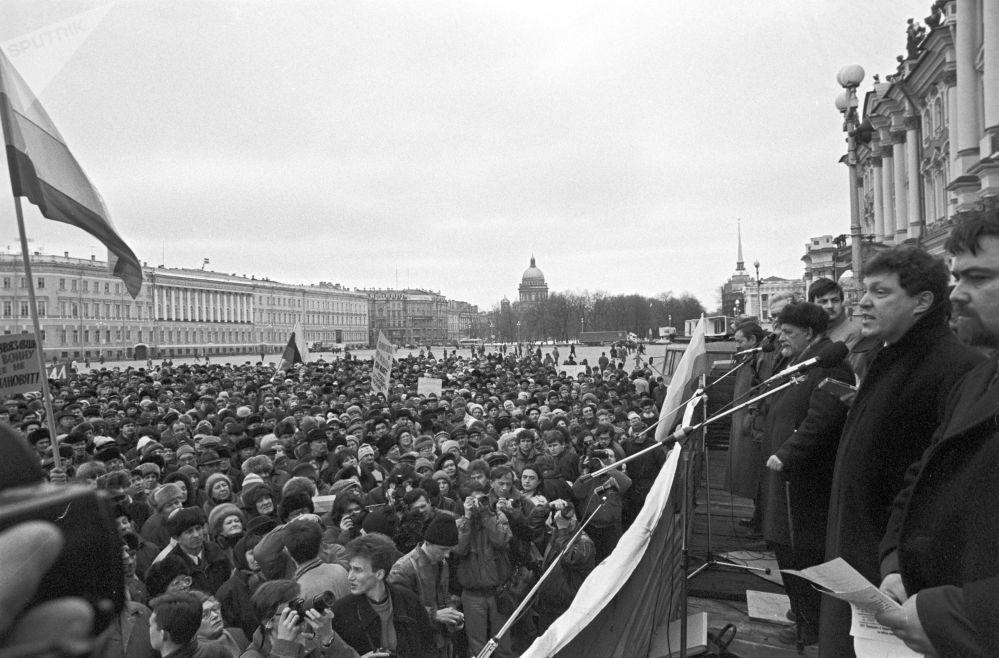 غريغوري يافلينسكي، زعيم حزب يابلوكو (التفاح) يلقي خطابا في مدينة سان برطسبورغ، خلال تظاهرة ضد العمليات العسكرية في الشيشان