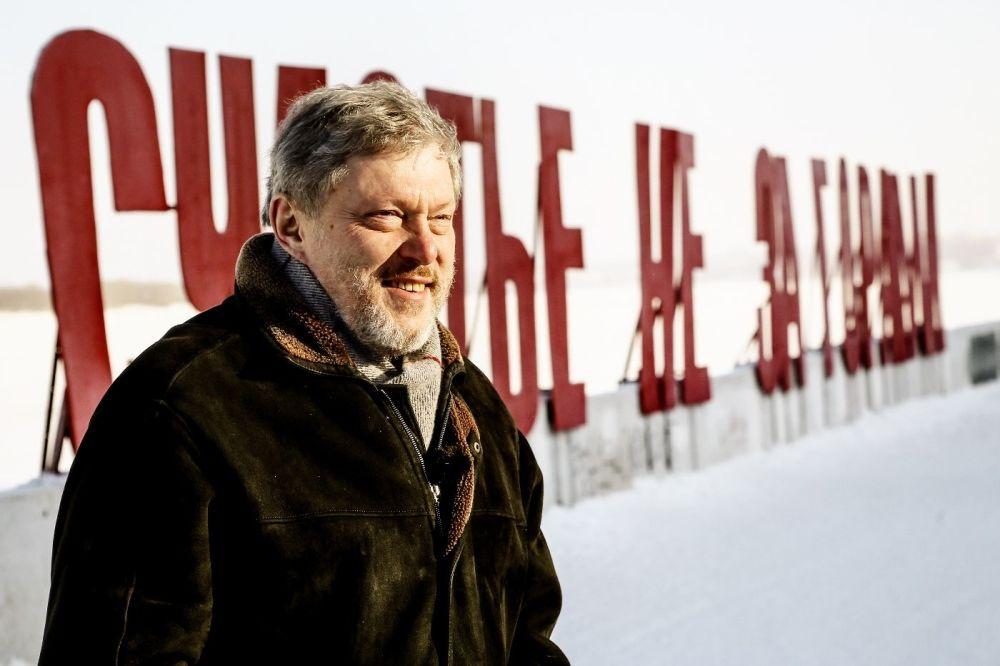 غريغوري يافلينسكي، مرشح من حزب يابلوكو (التفاح)، يقف على خلفية السعادة ليست بعيدة على ضفة نهر كاما في بيرم الروسية