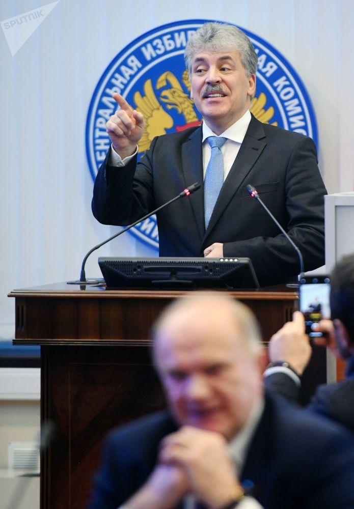 بافيل غرودينين أثناء تسجيله مرشحا للانتخبات الرئاسية الروسية لعام 2018 من الحزب الشيوعي في اللجنة المركزية لانتخابات روسيا
