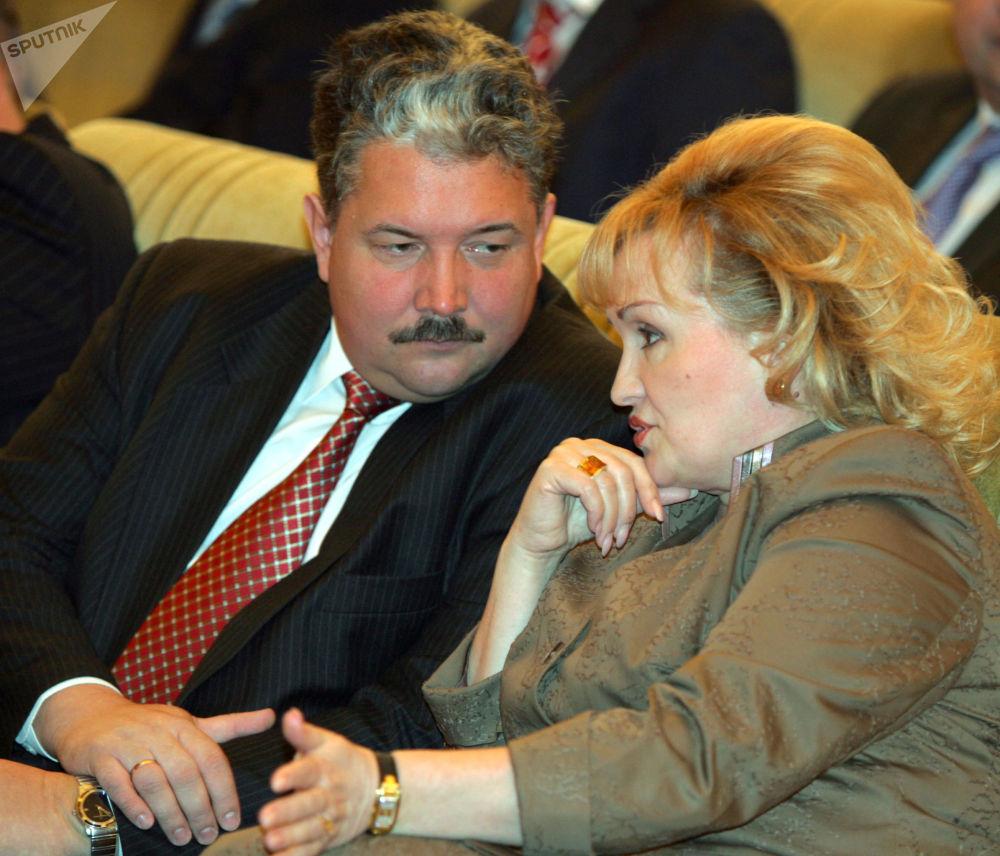 عضو في مجلس الدوما الروسي سيرغي بابورين ونائب أول لمجلس الدوما ليوبوف سليسكا اثناء الرسالة السنوية للجمعية الفيدرالية في الكرملين