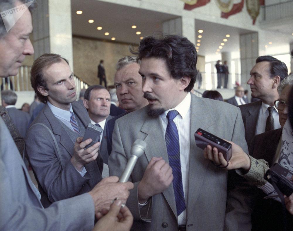 رئيس اللجنة الفرعية المعنية بقضايا الاتحاد لنواب الشعب ولجنة المجلس الأعلى لروسيا، سيرغي بابورين أثناء مقابلة مع الصحفيين، خلال فترة استراحة بين جلسات المؤتمر الاستثنائي الخامس لنواب الشعب في روسيا، الذي عقد في الفترة من 2 إلى 5 أيلول / سبتمبر 1991 في قصر الكرملين في موسكو .