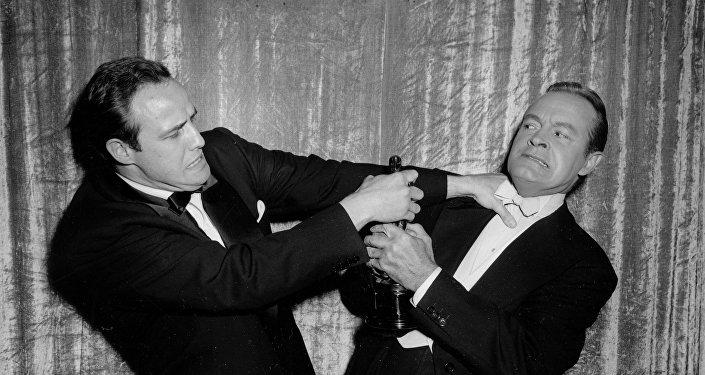 الممثلان الأمريكيان مارلون براندو وبوب هوب يتشاجران مازحين على جائزة الأوسكار في عام 1955
