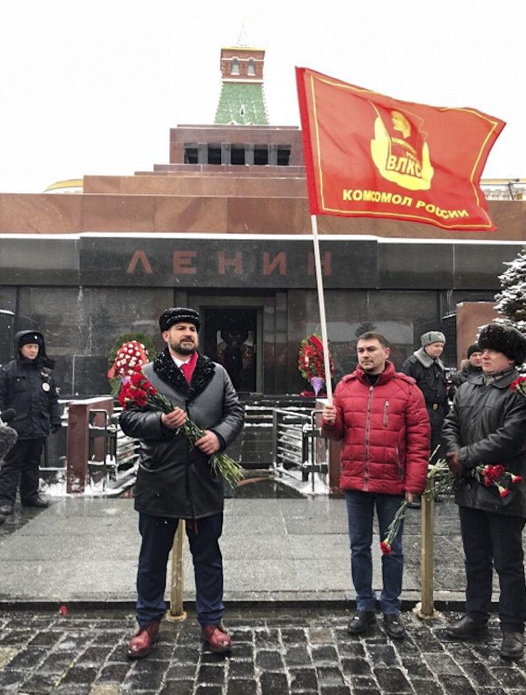 مكسيم سورايكين زعيم اللجنة المركزية لحزب شيوعيو روسيا، ومرشح للانتخابات الرئاسية الروسية لعام 2018، يضع إكليل من الزهور أمام ضريح لينين على الساحة الحمراء بموسكو