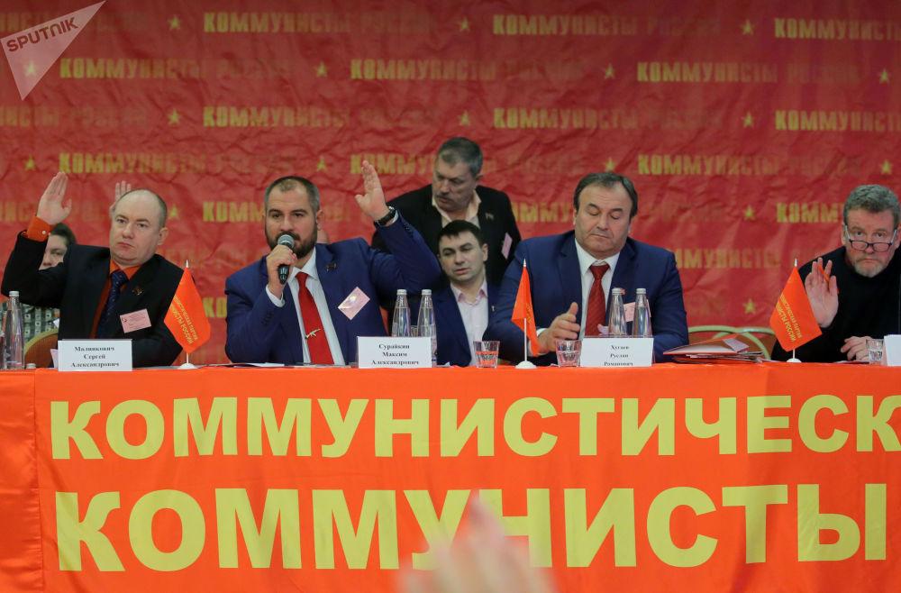 مكسيم سورايكين خلال مؤتمر لحزب شيوعيو روسيا، أثناء تصويت أعضاء الحزب لصالح ترشحه للانتخابات الرئاسية الروسية لعام 2018