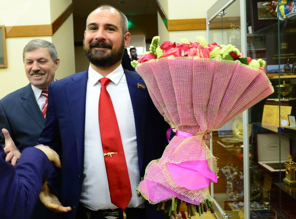 مكسيم سورايكين مرشح من الحزب شيوعيو روسيا، قبل لقائه مع رئيسة اللجنة المركزية لانتخابات روسيا إليا بامفيلوفا