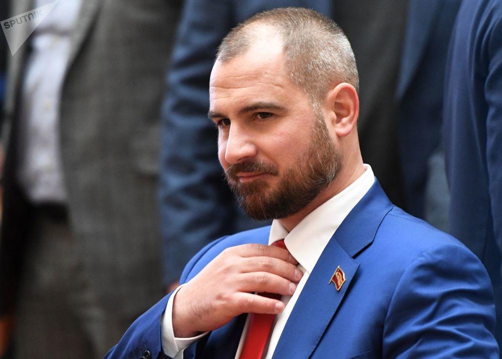 مكسيم سورايكين، مرشح من الحزب شيوعيو روسيا للرئاسية الروسية لعام 2018، خلال جمع توقيعات الناخبين
