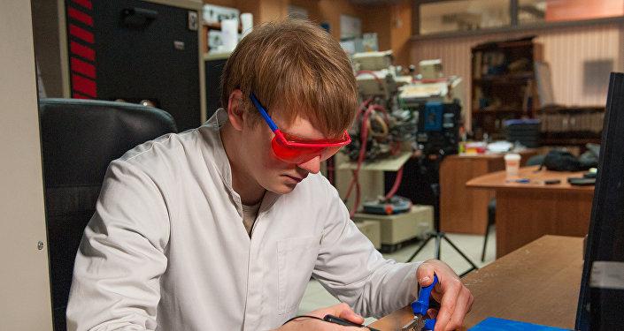 العلماء قد صلبوا الجسيمات النانوية من زجاج الألومنيوم