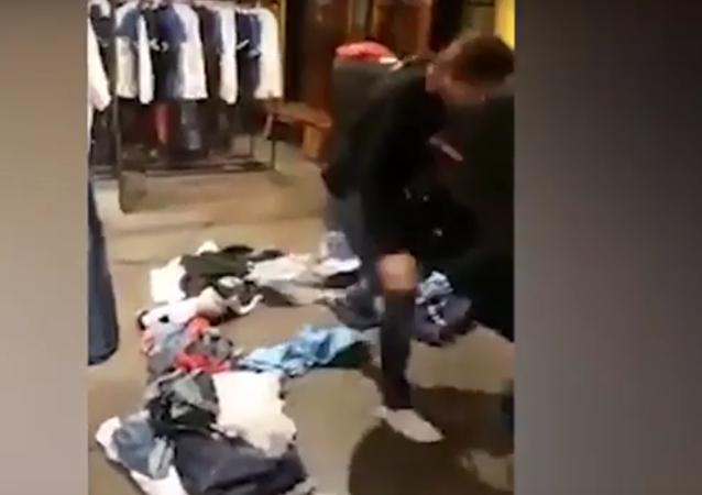 ماذا فعلت فتاة لبنابنة بمحل ملابس رفض إعادة ما اشترته