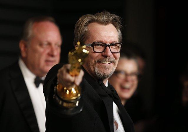 الممثل البريطاني غاري أولدمان بعد فوزه بجائزة أوسكار أفضل ممثل رئيسي عن دوره في فيلم داركست أور عام 2018