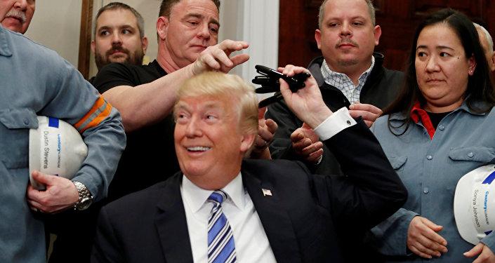 الرئيس الأمريكي دونالد ترامب يوقع إعلانا رئاسيا بتوقيع التعريفات على واردات الصلب والألمنيوم بينما يحيط به عمال من صناعات الصلب والألمنيوم في البيت الأبيض في واشنطن في 8 مارس/آذار 2018