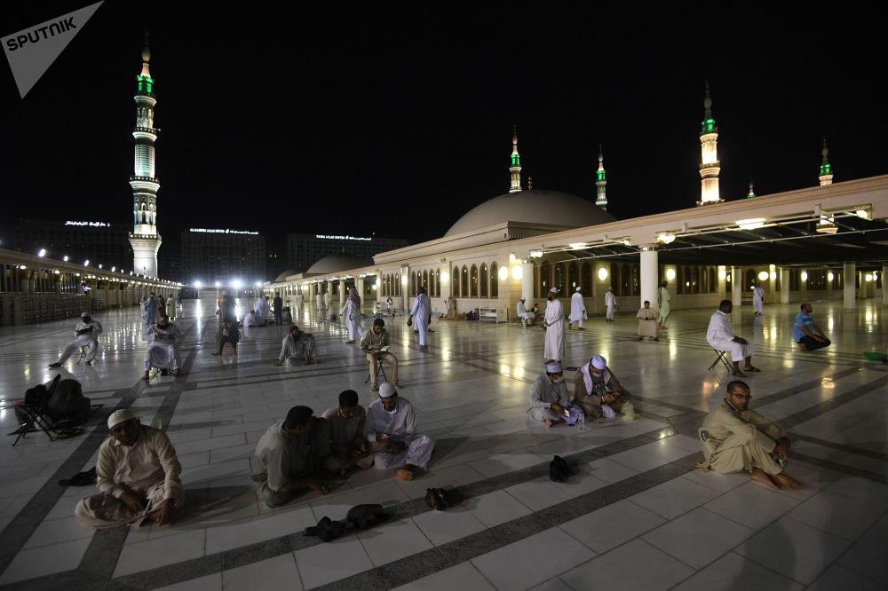 الحجاج القادمون لأداء مناسك الحج في مكة يؤدون الصلوات في المدينة