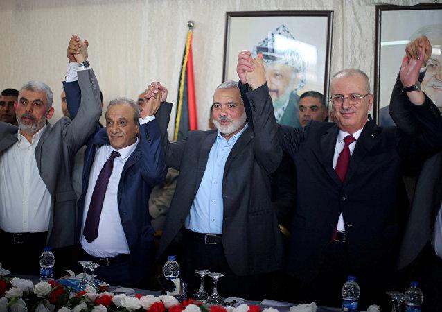 رئيس الوزراء الفلسطيني رامي الحمد الله مع رئيس المكتب السياسي لحركة حماس إسماعيل هنية