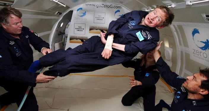 عالم الفيزياء البريطاني الشهير ستيفن هوكينغ خلال تجربته لانعدام الجاذبية (محاكاة لحياة الفضاء) داخل طائرة بوينغ Boeing 727