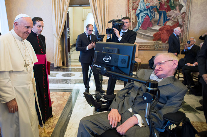 عالم الفيزياء البريطاني الشهير ستيفن هوكينغ يلتقي مع بابا الفاتيكان فرانسيس في الفاتيكان، 28 نوفمبر/ تشرين الثاني 2016