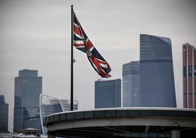 علم بريطانيا على مبنى السفارة البريطانية في موسكو، روسيا