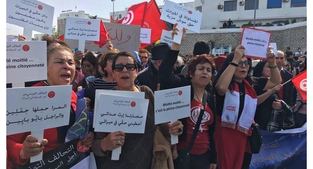 أحلام بلحاج تشارك في مظاهرة نسوية في تونس