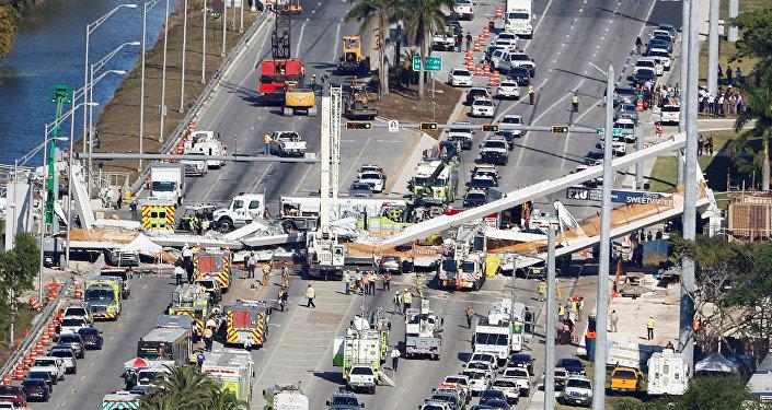 انهيار جسر للمشاة في فلوريدا بأمريكا