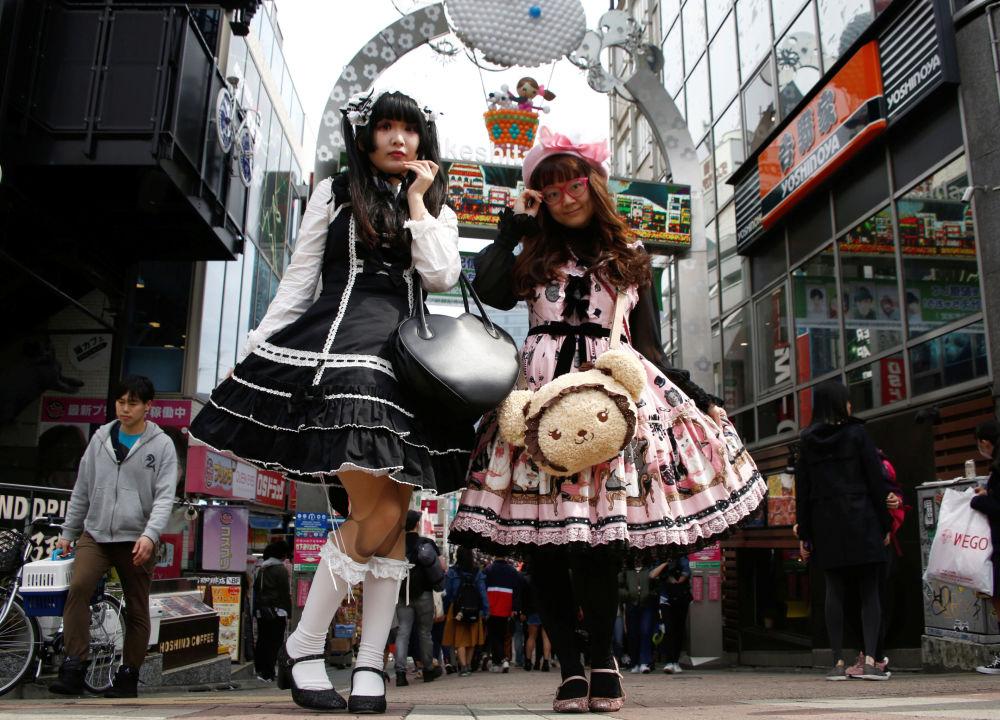 فتاتان ترتديان زي موضة لوليتا - متأثرتين بتصاميم عهد فيكتوريا في أحد أحياء التسوق بطوكيو، اليابان 15 مارس/ آذار 2018