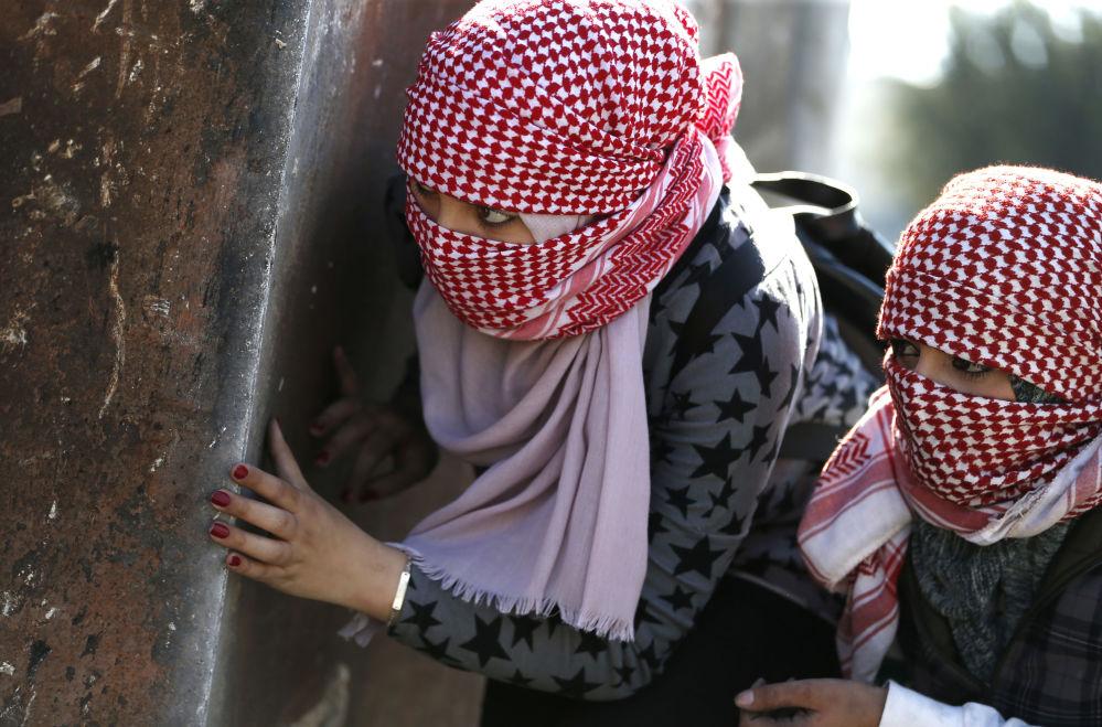 شابات فلسطينيات أثناء الاشتباكات مع القوات الإسرائيلية في بيرزيت بالقرب من رام الله، الضفة الغربية، 12 مارس/ آذار 2018