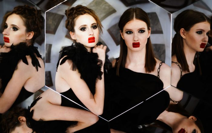 عارضات أزياء في إطار أسبوع الموضة لمرسيدس بينز في قاعة العرض مانيج بموسكو