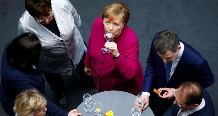 ألمانيا أنجيلا ميركل وزعيم حزب الاتحاد الديموقراطي المسيحي في حفل بعد توقيع اتفاق الائتلاف في برلين، ألمانيا 12 مارس/ آذار 2018