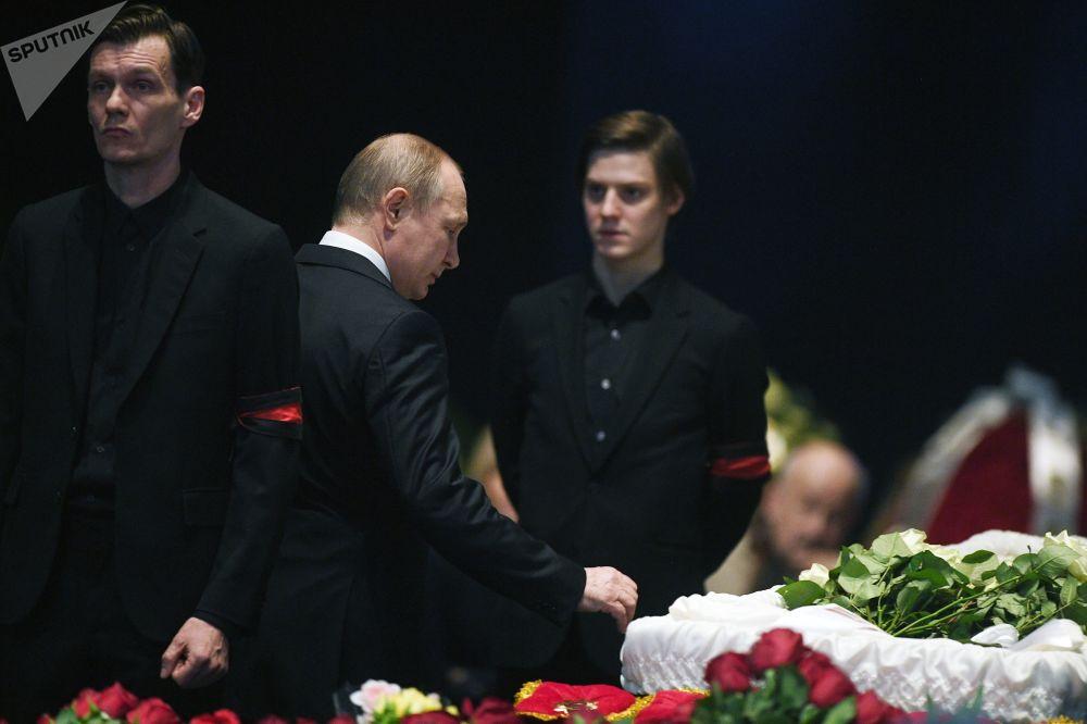 الرئيس فلاديمير بوتين خلال مراسم جنازة الفنان السوفيتي والروسي الكبير أوليغ توباكوف في مبنى المسرح إم خا تي (باسم أنطون تشيخوف في شارع كاميرغيرسكي، موسكو، روسيا