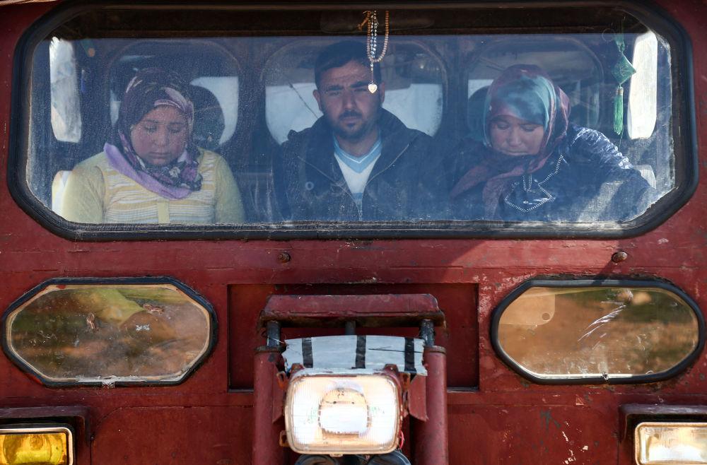 مدنيون من عفرين السورية يصلون قرية أناب، شمال شرق حلب، سوريا 14 مارس/ آذار 2018