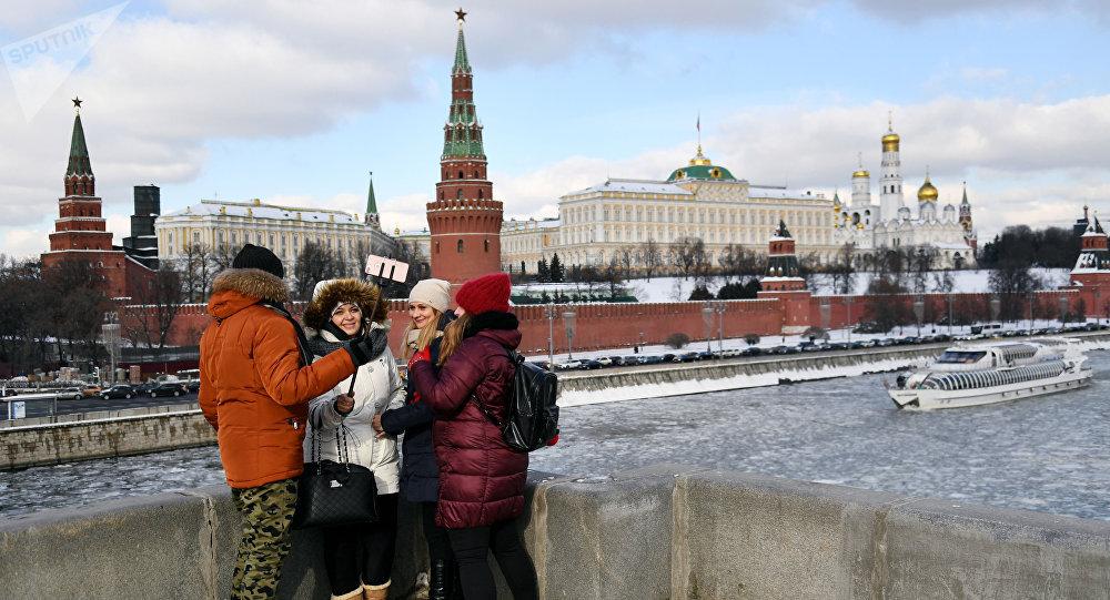 مارة يلتقطون صورا على خلفية الكرملين في موسكو