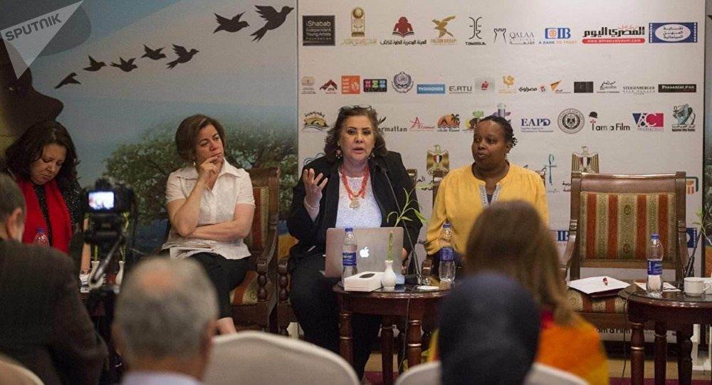 المنتجة السينمائية الأوغندية فيبي كيورا خلال حضورها ندوة ثقافية (يسارا) على هامش مهرجان الأقصر للسينما الأفريقية في 19 مارس / آذار 2018