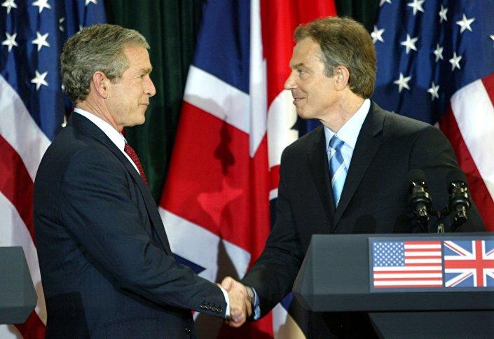 الرئيس الأمريكي جورج بوش ورئيس الوزراء البريطاني توني بلير بعد مؤتمر صحفي مشترك عقب اجتماعهما في قصر هيلزبره قرب بلفاست 8 نيسان/ أبريل 2003. ا.
