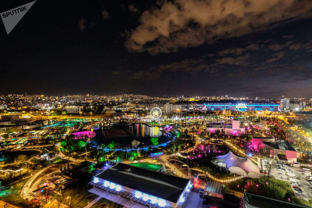 مشهد ليلي لمدينة ملاهي في أنقرة، تركيا